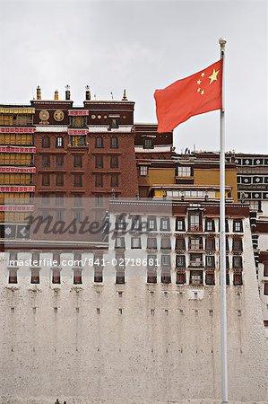 Le drapeau rouge de la Chine vole devant le palais du Potala, patrimoine mondial de l'UNESCO, Lhassa, Tibet, Chine, Asie
