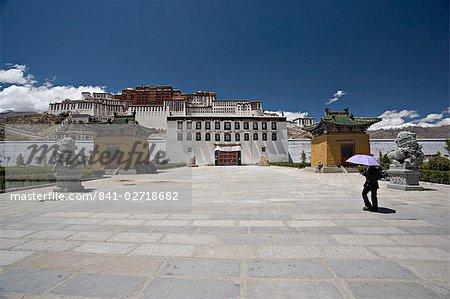 Chinois pierre lions en dehors du Palais du Potala, Lhassa, Tibet, Chine, Asie