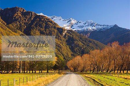 Route de gravier, Matukituki Valley, Central Otago, île du Sud, Nouvelle-Zélande, Pacifique