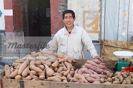 Portrait of Chinese street vendor, Old Beijing, Beijing, China, Asia