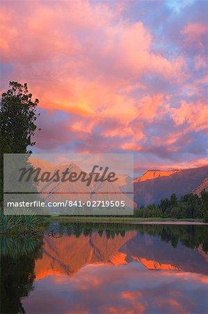 Coucher de soleil, lac Matheson et Alpes du Sud, Westland, île du Sud, Nouvelle-Zélande, Pacifique