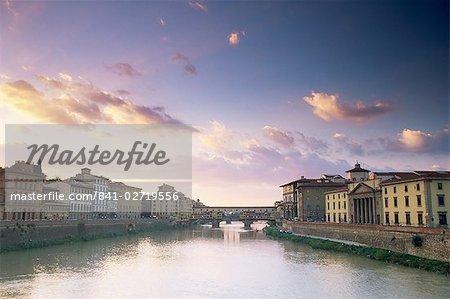 La rivière Arno et le Ponte Vecchio, Florence, Toscane, Italie, Europe