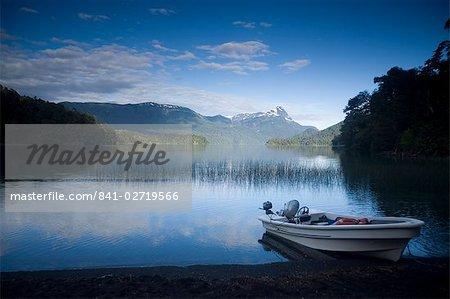 Pêche bateau sur Lago Espejo, Siete Lagos région, Parc National de Nahuel Huapi, Rio Negro, Argentine, Amérique du Sud
