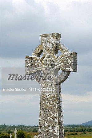 Style celtique Croix dans le cimetière, églises de Kilmacdaugh et la tour ronde, près de Gort, le comté de Galway, Connacht, République d'Irlande (Eire), Europe