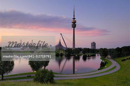 Olympiapark et Olympiaturm (Fernsehturm) au crépuscule, Munich (München), Bavière, Allemagne, Europe
