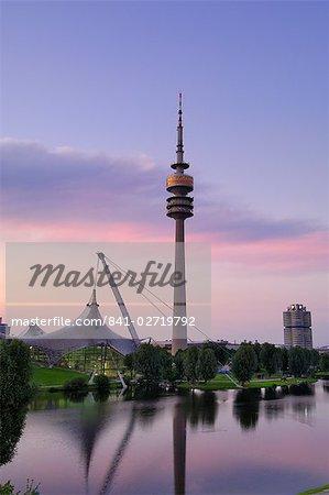 Olympiapark et Olympiaturm (tour de télévision) au crépuscule, Munich (München), Bavière, Allemagne, Europe
