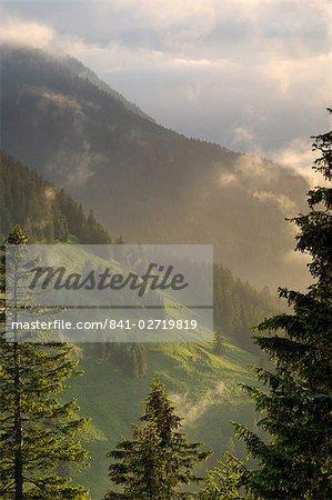 Vue depuis la Rossfeld Panoramastrasse (Rossfeldhoehenringstrasse ou route panoramique) au crépuscule, Berchtesgaden, Bavière, Allemagne, Europe