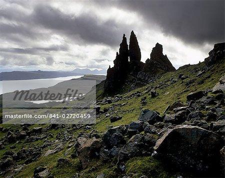 Le vieil homme de Storr, surplombant le Loch Leathan et sons de Raasay, Trotternish, Isle of Skye, Hébrides intérieures, région des Highlands, Ecosse, Royaume-Uni, Europe