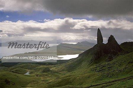 Forme étrange du vieil homme de Storr, donnant sur le Sound de Raasay, Isle of Skye, Hébrides intérieures, région des Highlands, Ecosse, Royaume-Uni, Europe