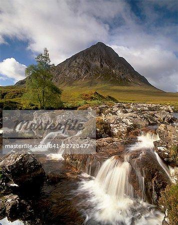 Chute d'eau sur la rivière Coupall, Buachaille Etive Mor en arrière-plan, Glen Etive, près de Glencoe, région des Highlands, Ecosse, Royaume-Uni, Europe