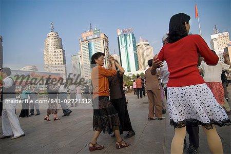 Danse de salon, tôt le matin, place du gouvernement, Kunming, Yunnan, Chine, Asie