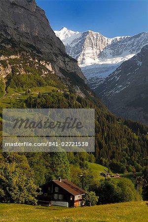Chalets et des montagnes, Grindelwald, Berne, Suisse, Europe