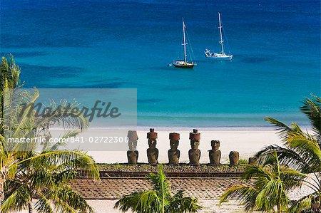 Plage d'Anakena, yachts amarrés en face de la pierre géante monolithique Moai statues de Ahu Nau Nau, quatre dont ont topknots, Rapa Nui (île de Pâques), patrimoine mondial de l'UNESCO, Chili, Amérique du Sud