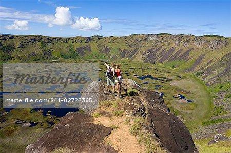 Touristes à la recherche dans le cratère et la vue de la jante dans le cratère de Ranu Kau, Rapa Nui (île de Pâques), Chili, Amérique du Sud
