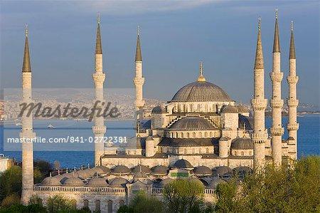 Erhöhten Blick auf die Blaue Moschee (Sultan Ahmet) in Sultanahmet, mit Blick auf das Bosporus, Istanbul, Türkei, Europa