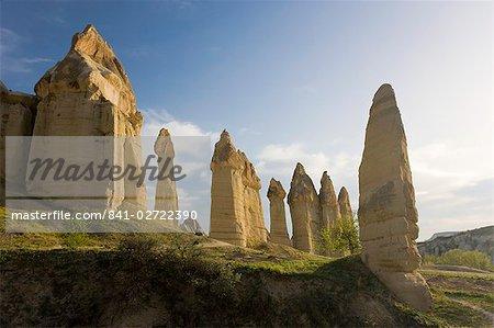 Piliers phalliques appelées cheminées de fées dans la vallée de la vallée de l'amour près de Göreme en Cappadoce, Anatolie, Turquie, Asie mineure, Eurasie