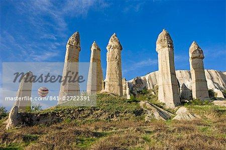 Ballon à air chaud sur les piliers phalliques appelées cheminées de fées dans la vallée de la vallée de l'amour près de Göreme en Cappadoce, Anatolie, Turquie, Asie mineure, Eurasie