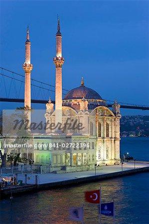 Vue élevée sur le pont du Bosphore et d'Ortaköy Camii mosquée (Buyuk Mecidiye Camii) dans le mode d'Ortaköy district, Istanbul, Turquie, Europe