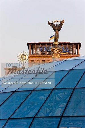 Platz der Unabhängigkeit (Maidan Nezalezhnosti), Statue in der Nacht, das Symbol von Kiew, Kiew, Ukraine, Europa