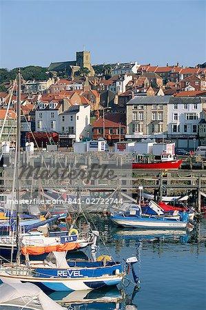 Bateaux dans le port et le front de mer, Scarborough, Yorkshire, Angleterre, Royaume-Uni, Europe