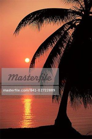 Coucher de soleil à partir de la station balnéaire de West End Roatan, la plus grande des îles de la baie, au Honduras, Caraïbes, Amérique centrale