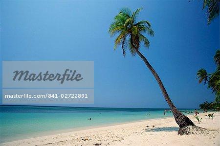 Touristes sur la plage tropicale à West Bay, à l'extrémité ouest de Roatan, la plus grande des îles de la baie en Honduras, Caraïbes, Amérique centrale