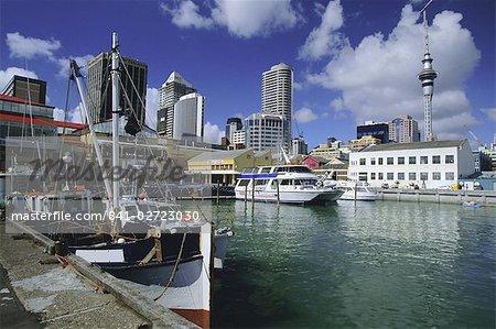 Bateaux sur le front de mer avec skyline y compris Sky City Tower au-delà, centre-ville d'Auckland, Auckland Central, North Island, Nouvelle-Zélande, Pacifique