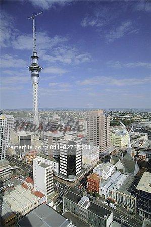 Vue grand angle des rues Albert et Wyndham avec Sky City Tower sur les toits de la ville, du centre de Auckland, Auckland Central, North Island, Nouvelle-Zélande, Pacifique