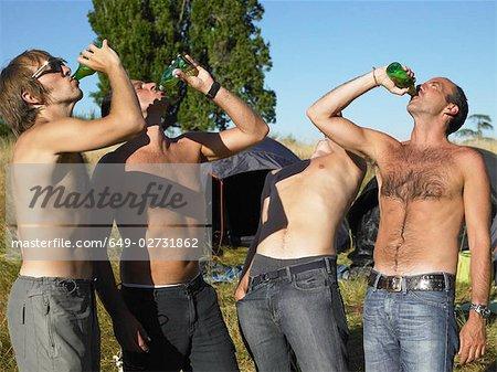 Hommes buvant de la bière lors d'un festival