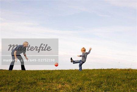 Garçon et père play ball