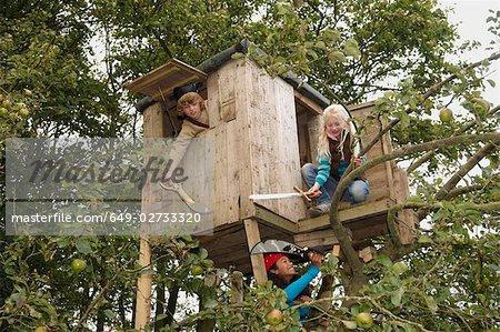 Enfants jouant dans treehouse