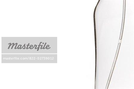 Extreme gros plan d'un détail de la bouteille en plastique transparent avec pompe à tube