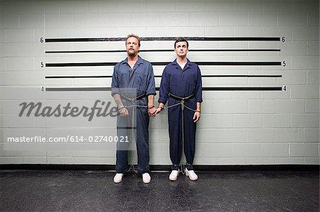 Prisonniers, main dans la main