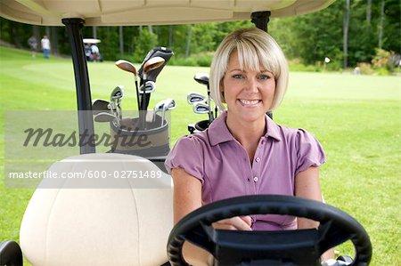 Porträt der Frau im Golf-Cart