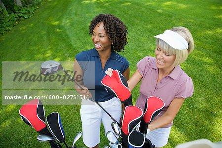 Frauen, die Auswahl der Golfclubs