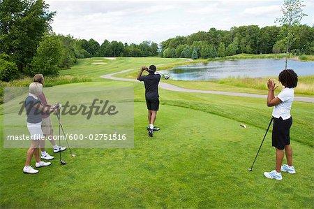 Gruppe von Menschen, die Golf spielen