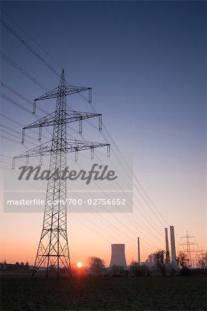 Hydro Towers et le charbon ont tiré centrale électrique au lever du soleil en hiver, Voerde, Rhénanie du Nord-Westphalie, Allemagne