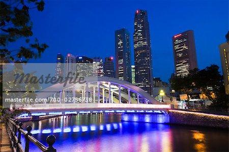 Pont Elgin et le quartier financier au crépuscule, Singapour