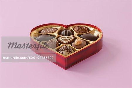 Nature morte de boîte en forme de coeur de chocolats