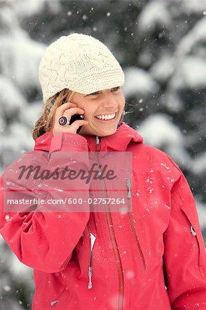Gros plan d'une femme à l'aide de téléphone portable à l'extérieur en hiver, Whistler, Colombie-Britannique, Canada