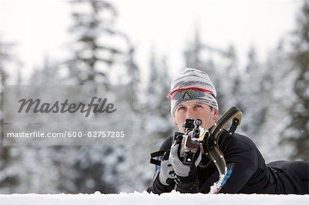 Gros plan de l'athlète masculin de Biathlon, tir Taget, Whistler, Colombie-Britannique, Canada