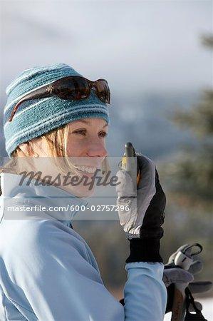 Gros plan de femme sur des Skis, à l'aide de talkie walkie, Whistler, Colombie-Britannique, Canada