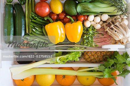 Kühlschrank gefüllt mit Obst und Gemüse