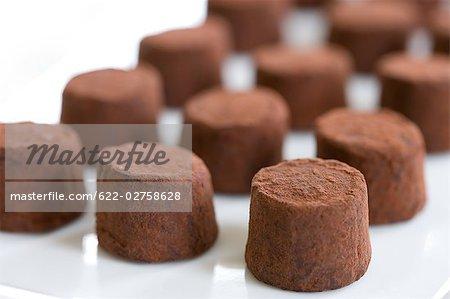 Rohe Schokolade mit Kakaopulver
