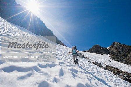 Un alpiniste femme marche dans une montagne