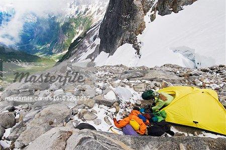 Un grimpeur femelle camping sur glacier