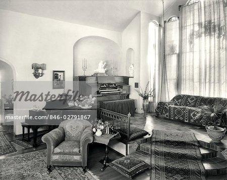 ANNÉES 1920 INTÉRIEUR HAUT DE GAMME SALLE DE MUSIQUE AVEC PIANO ET ...