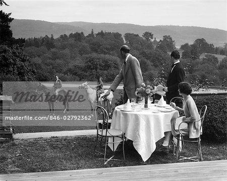 1930ER JAHREN COUNTRY CLUB MIT PAAR ESSEN AUßEN & EIN WEITERES PAAR ON HORSEBACK