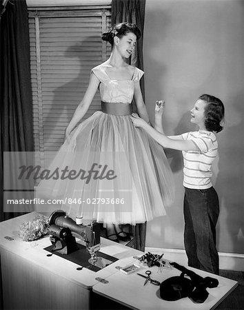 1950ER JAHREN ZWEI TEEN GIRLS MIT NÄHMASCHINE MÄDCHEN MODELLIERUNG ...