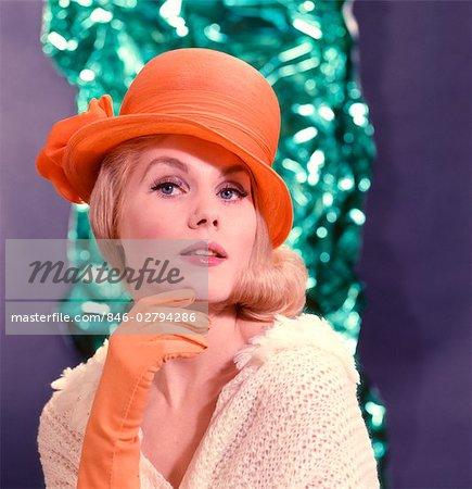 VÊTEMENTS DE STYLE DE HAUTE COUTURE ORANGE BONNET ET GANTS FEMME BLONDE GLAMOUR PORTRAIT DES ANNÉES 1960